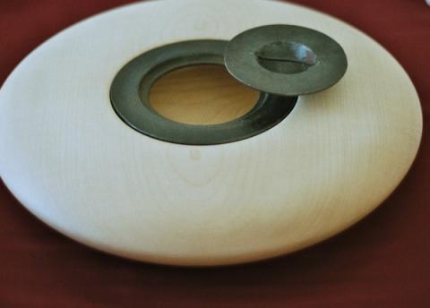 Gefäß aus Ahornholz mit Eisendeckel